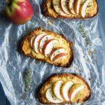 Überbackenes Käsebrot mit Äpfeln und frischem Thymian - Käsetoast - Grilled Cheese Sandwich - vegetarisches Rezept   relleomein.de