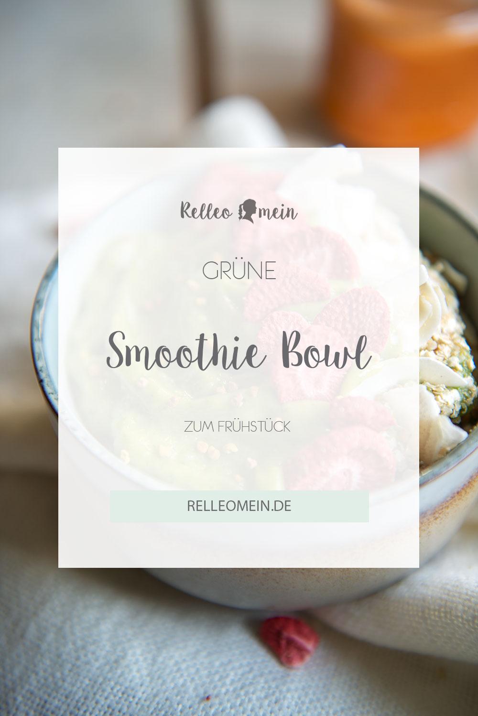 Grüne Smoothie Bowl zum Frühstück mit Quinoflocken, Kokosflakes und getrockneten Erdbeeren | relleomein.de