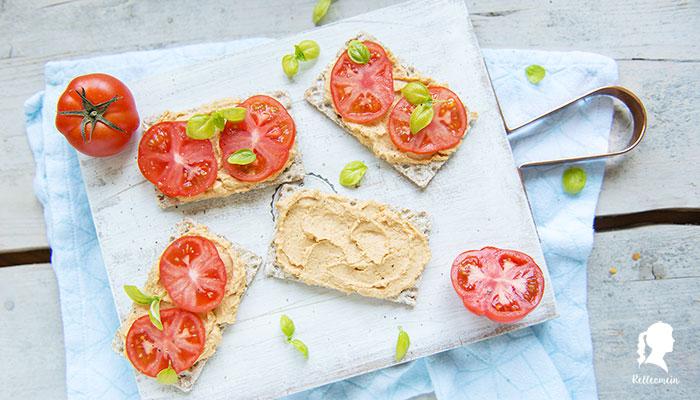 Knäcke mit Hummus und Tomate