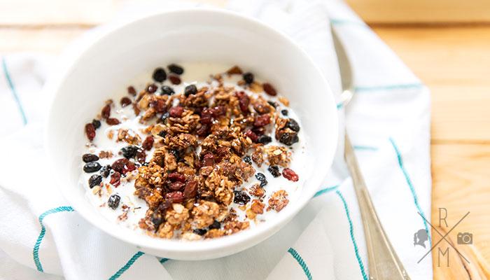 Kokos-Nuss-Müsli mit Kirschen und Goji-Beeren aus dem Backofen | relleomein.de #müsli #granola #vegan #frühstück