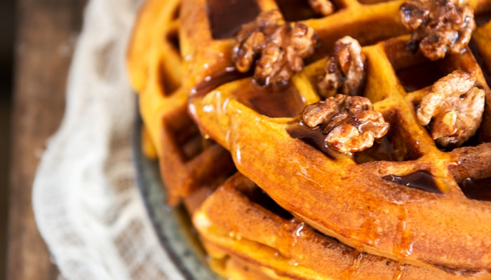Pumpkin Waffles - Kürbiswaffeln mit karamellisierten Walnüssen | relleomein.de #pumpkin #thermomix #recipe