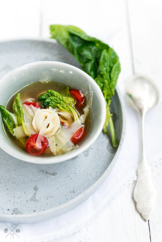 Tortellinisuppe mit frischem Spinat und Tomaten   relleomein.de #veggy #souptober #recipe
